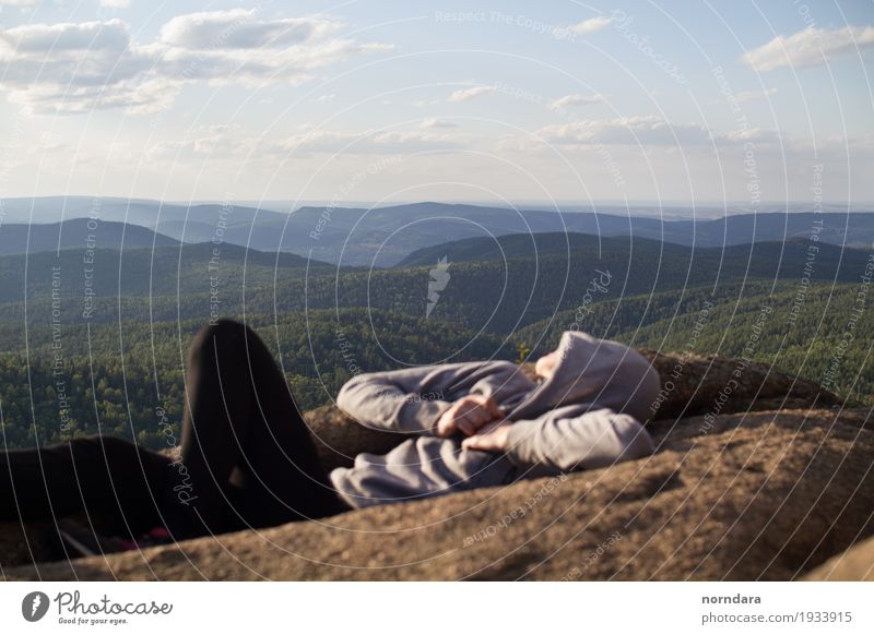Freiheit Mensch Natur Ferien & Urlaub & Reisen Sommer Baum Landschaft Freude Wald Berge u. Gebirge Lifestyle Denken Tourismus Felsen Horizont frei