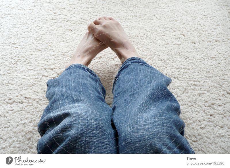mit Socken wär das nicht passiert blau kalt Beine Fuß sitzen Stoff Jeanshose frieren Barfuß Teppich Schüchternheit gekrümmt aufeinander verkrampft Auslegware jeansblau