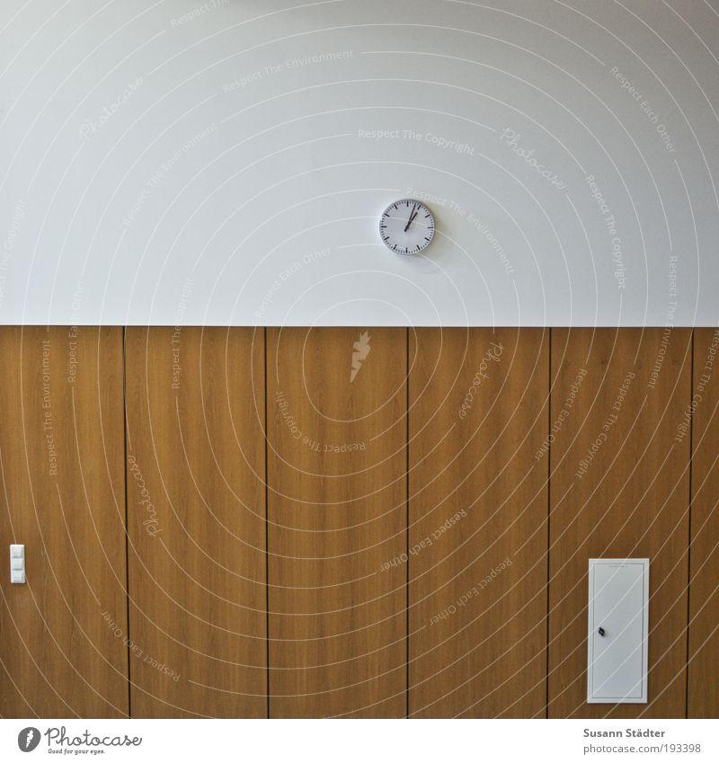 die Zeit ist um Gebäude Mauer Wand Optimismus Erfolg Hörsaal Wanduhr Bahnhofsuhr Sicherungskasten Lichtschalter Holzvertäfelung Pünktlichkeit 13 Zifferblatt