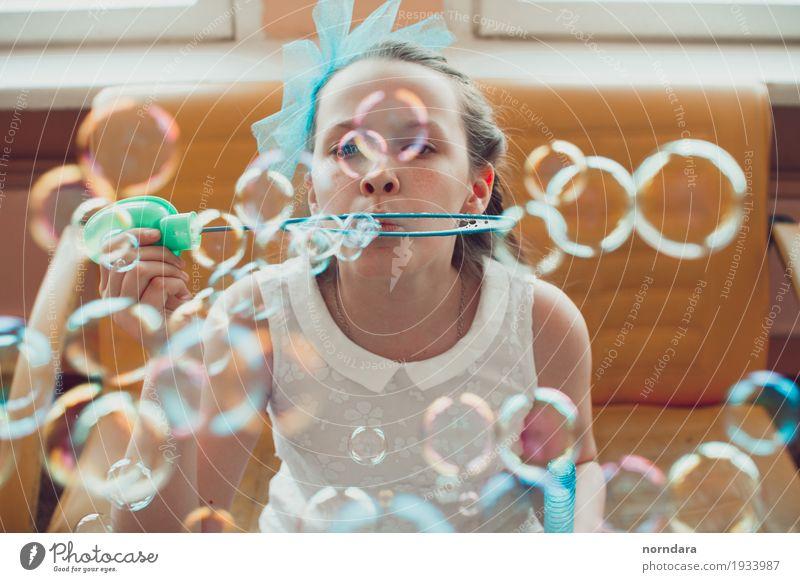 kleines Mädchen und Seifenblasen Kind Gefühle Spielen Glück Freizeit & Hobby Kindheit genießen 8-13 Jahre Euphorie Begeisterung Schulkind Kinderwunsch