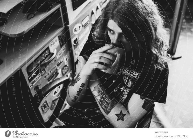 Jugendliche Junger Mann dunkel Angst Jugendkultur trinken T-Shirt langhaarig Tasse Punk rebellisch Subkultur