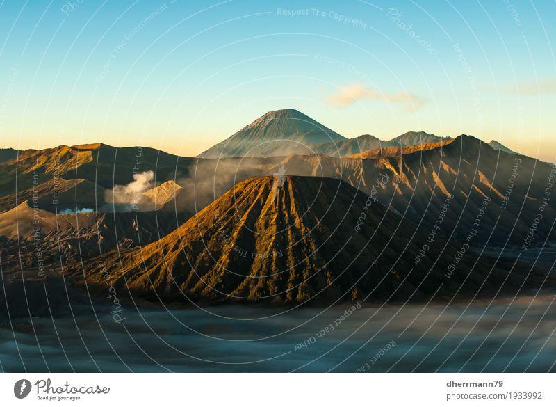 Bromo am Morgen Natur Landschaft Erholung Wolken Ferne Berge u. Gebirge außergewöhnlich Freiheit Tourismus Sand Luft Erde wandern Kraft Abenteuer Feuer