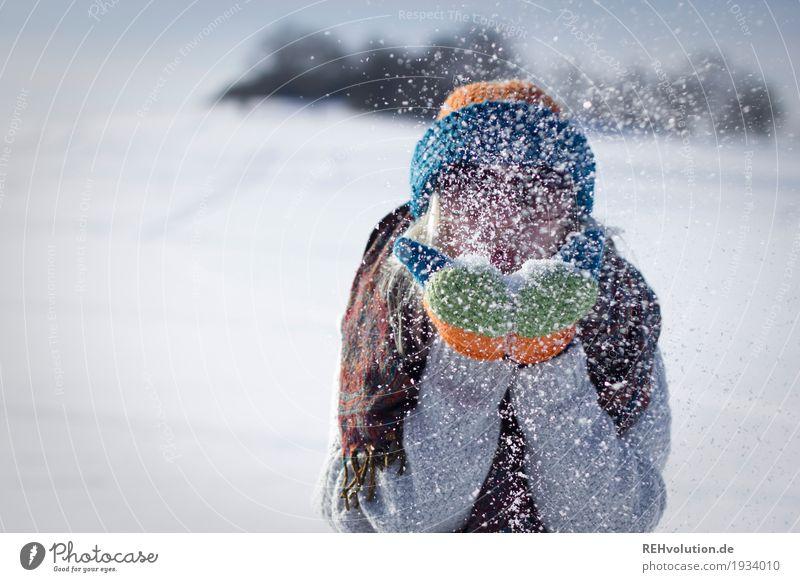 Jule | pustet Schnee Mensch feminin Junge Frau Jugendliche Erwachsene 1 18-30 Jahre Umwelt Natur Winter Wetter Schönes Wetter Sonnenbrille Schal Handschuhe