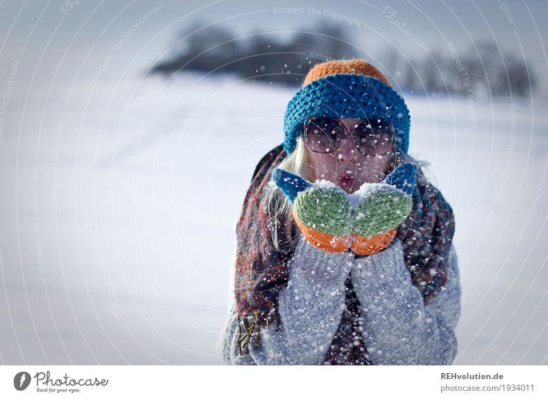 Jule | pustet Schnee Mensch feminin Junge Frau Jugendliche Gesicht 1 18-30 Jahre Erwachsene Umwelt Natur Landschaft Winter Sonnenbrille Schal Handschuhe Mütze
