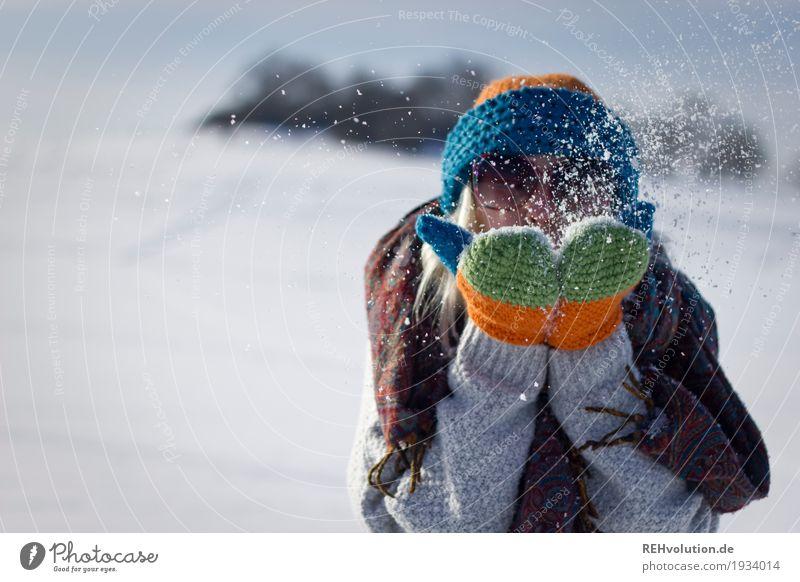 Frau pustet im Winter Schnee Mensch feminin Junge Frau Jugendliche 1 18-30 Jahre Erwachsene Umwelt Natur Landschaft Schönes Wetter Sonnenbrille Schal Handschuhe