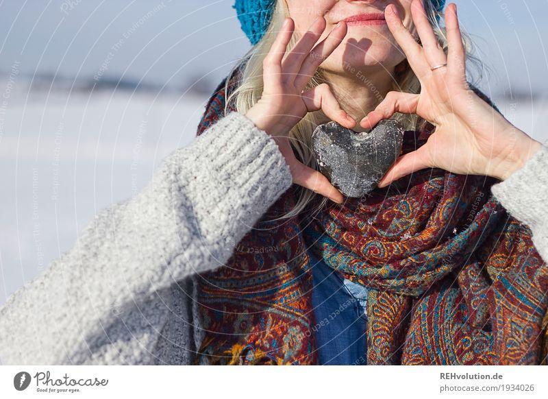 Jule | snowlove Mensch Frau Natur Jugendliche Junge Frau Landschaft Hand Winter 18-30 Jahre Erwachsene Umwelt Liebe Schnee feminin Stil Glück