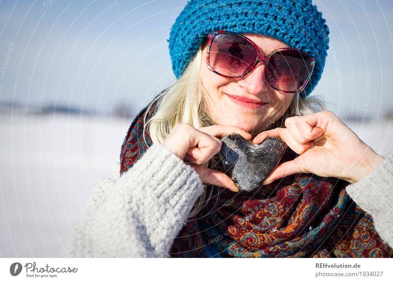 Jule | mit Herz Mensch feminin Junge Frau Jugendliche Erwachsene Gesicht 1 18-30 Jahre Umwelt Natur Landschaft Winter Schnee Sonnenbrille Schal Mütze Stein