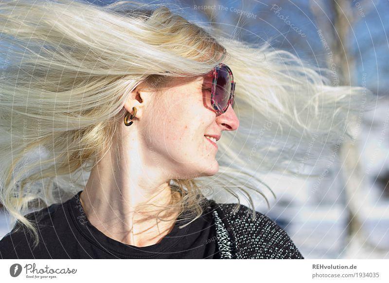 Jule | schüttel Dein Haupthaar Mensch Frau Natur Jugendliche Junge Frau Landschaft Freude Winter 18-30 Jahre Gesicht Erwachsene Umwelt Bewegung Schnee feminin