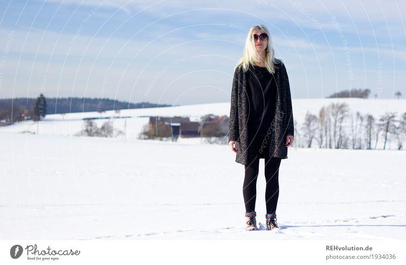 Jule | im Schnee feminin Junge Frau Jugendliche Erwachsene 1 Mensch 18-30 Jahre Umwelt Natur Landschaft Himmel Sonne Winter Schönes Wetter Hügel Mode Pullover