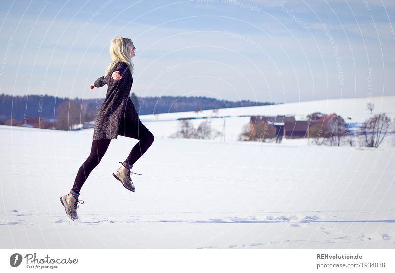 Jule | springt im Winter Mensch Natur Ferien & Urlaub & Reisen Jugendliche Junge Frau weiß Landschaft Freude 18-30 Jahre schwarz Erwachsene Umwelt natürlich
