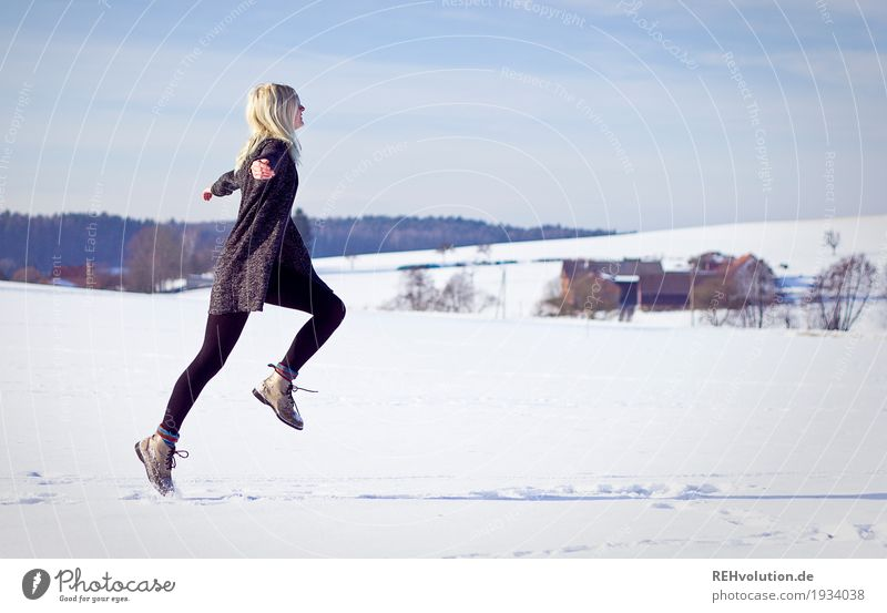 Jule | springt im Winter Stil Wohlgefühl Zufriedenheit Freizeit & Hobby Ferien & Urlaub & Reisen Freiheit Mensch feminin Junge Frau Jugendliche Erwachsene 1
