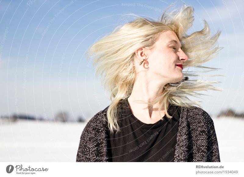 Jule | schüttel Dein Haupthaar Mensch Frau Natur Jugendliche Junge Frau schön weiß Landschaft Freude Winter 18-30 Jahre Gesicht Erwachsene Umwelt Bewegung