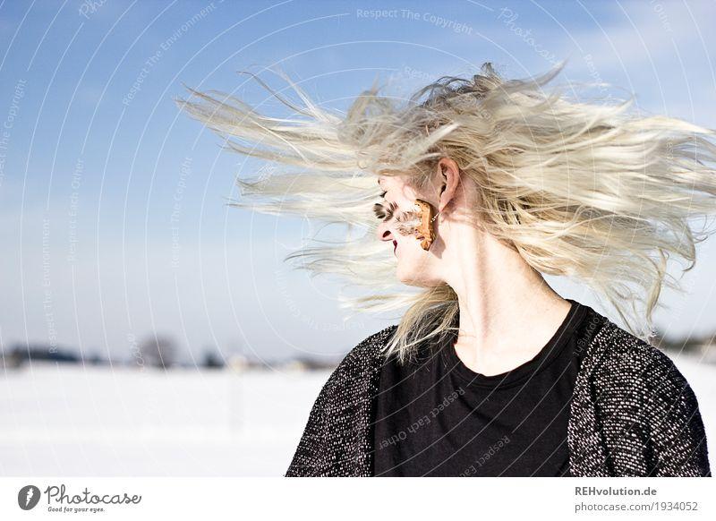 Jule | schüttel Dein Haupthaar Mensch Frau Himmel Natur Jugendliche blau Junge Frau schön weiß Winter 18-30 Jahre schwarz Erwachsene Umwelt Bewegung Schnee