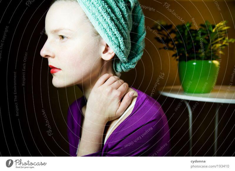 Selbstkritisch Frau Jugendliche schön Gesicht ruhig Leben Erholung Gefühle Stil Haare & Frisuren träumen Raum Gesundheit Haut Erwachsene