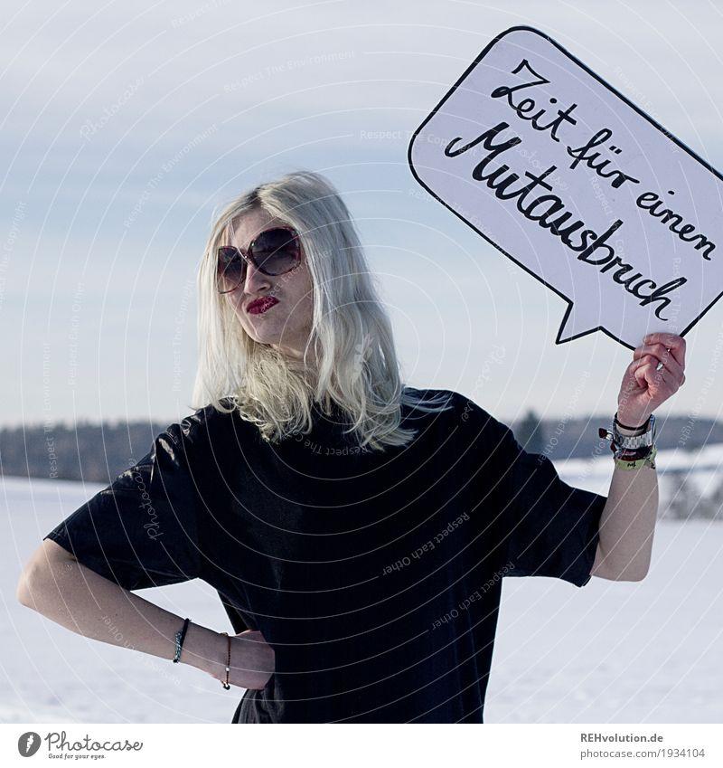 Zeit für einen Mutausbruch Mensch feminin Junge Frau Jugendliche Erwachsene 1 18-30 Jahre Umwelt Natur Landschaft Himmel Winter Schnee T-Shirt Sonnenbrille