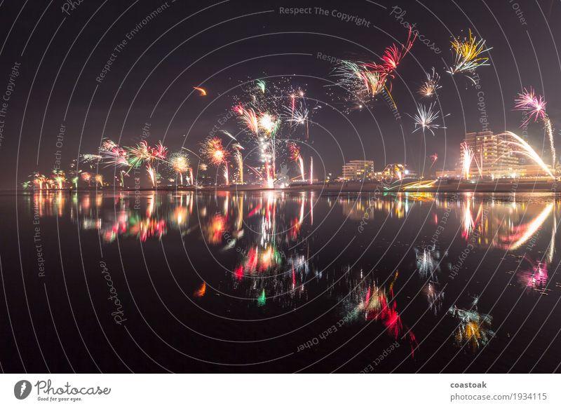Feuerwerk über Duhnen Winter Silvester u. Neujahr Wasser Nachthimmel Küste Cuxhaven Skyline Feste & Feiern Fröhlichkeit Lebensfreude Vorfreude Beginn Ende