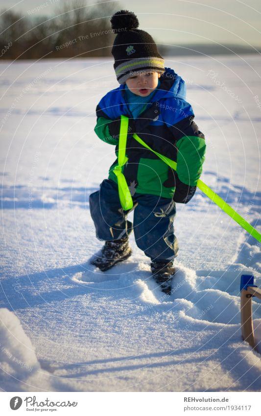 Schneevergnügen Kind Mensch Natur Landschaft Freude Winter Umwelt natürlich Bewegung Junge Spielen Kindheit authentisch Mütze Jacke