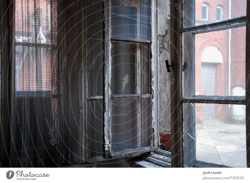 Fenster, Offen für alles Raum Gardine lost places Treptow Gebäude authentisch dreckig dunkel historisch kaputt Stimmung unbeständig Wandel & Veränderung offen