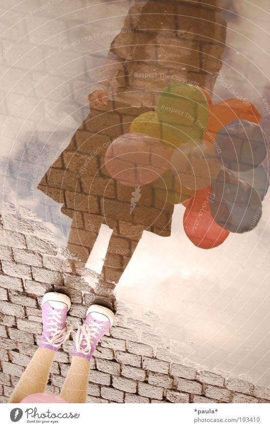 Mit dem Kopf ganz wo anders... feminin Mädchen Beine Fuß 1 Mensch Erde Wasser Himmel Rock Turnschuh Luftballon stehen träumen Unendlichkeit einzigartig braun