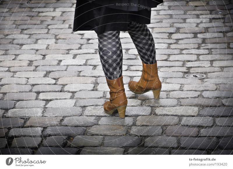 Basta Pflasta Frau Mensch Jugendliche Erwachsene schwarz feminin Straße grau Stein Beine Linie Fuß braun Schuhe gehen warten