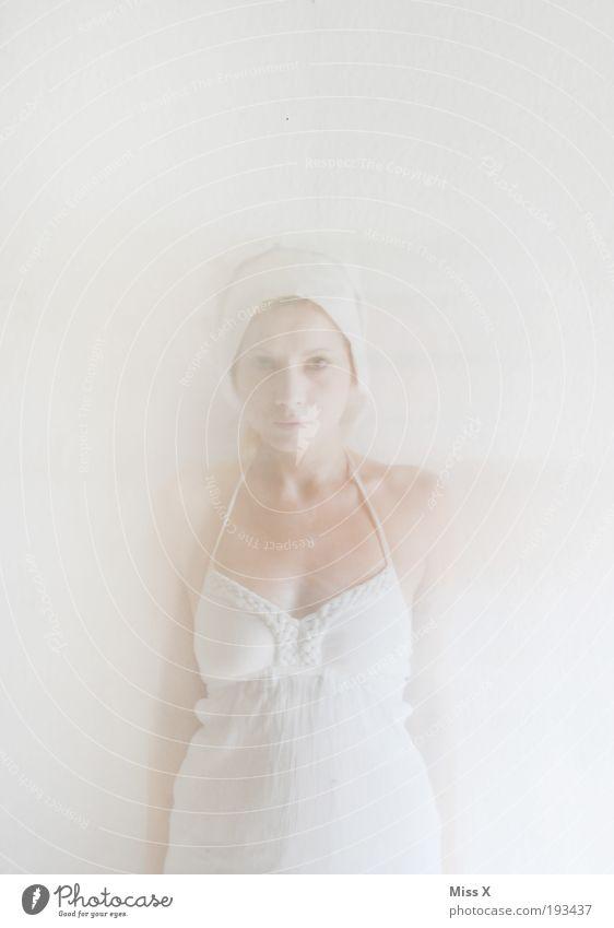 Der Geist Karneval feminin Junge Frau Jugendliche 1 Mensch 18-30 Jahre Erwachsene Bekleidung Kleid gruselig weiß Geister u. Gespenster Farbfoto Gedeckte Farben