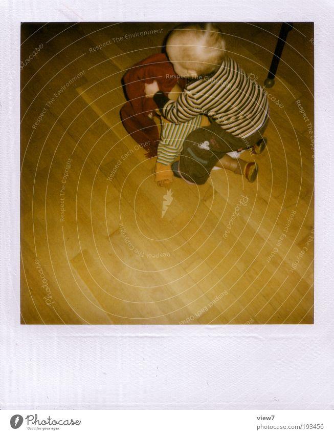 Hauswirtschaft Kind Spielen klein Raum Wohnung Innenarchitektur lernen Dekoration & Verzierung niedlich Kleinkind Konzentration Mut machen Wohnzimmer Polaroid