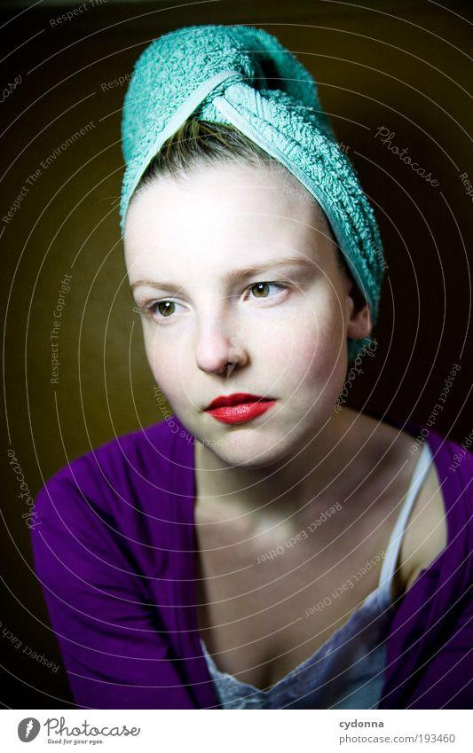 Woanders Mensch Frau Jugendliche schön ruhig Gesicht Erwachsene Erholung Leben Haare & Frisuren Stil träumen Zeit Gesundheit elegant Haut