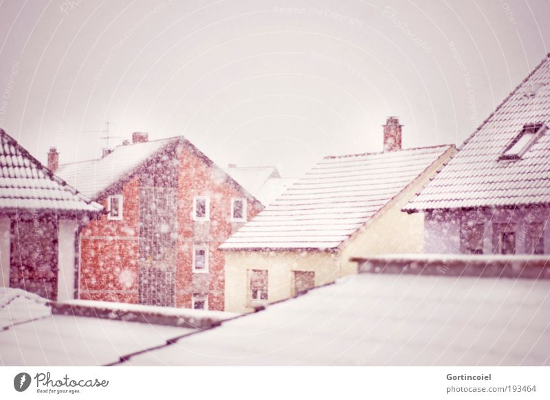 Schneegestöber Himmel weiß Stadt rot Winter Haus gelb kalt Fenster Schneefall Gebäude Wetter Fassade Dach Sturm