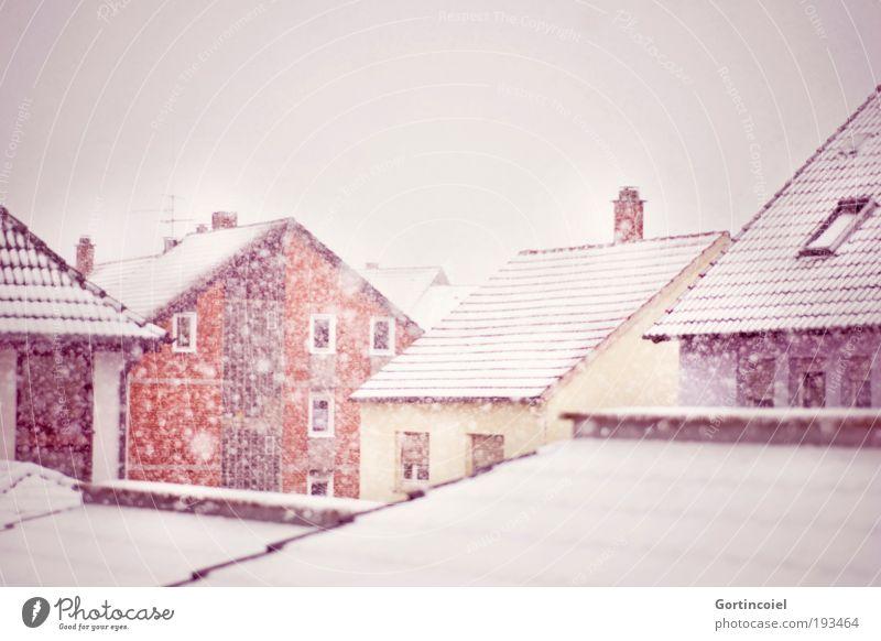 Schneegestöber Himmel Winter Wetter Unwetter Sturm Schneefall Stadt Haus Gebäude Fassade Fenster Dach Schornstein Antenne Satellitenantenne kalt gelb rot weiß