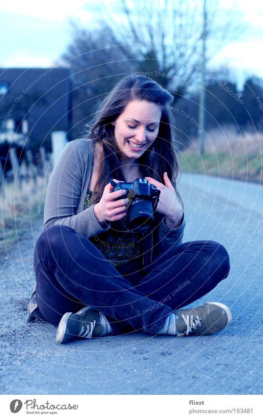 Das macht Spaß! Mensch Jugendliche Freude feminin lachen brünett langhaarig Fotografieren Begeisterung Frau Junge Frau Gefühle Ganzkörperaufnahme Blick Schneidersitz