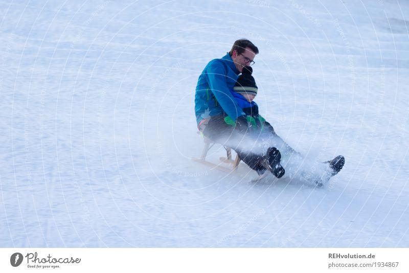 schlittenspaß Mensch Kind Natur Jugendliche Mann blau Junger Mann Freude Winter Erwachsene Umwelt natürlich Bewegung Schnee klein