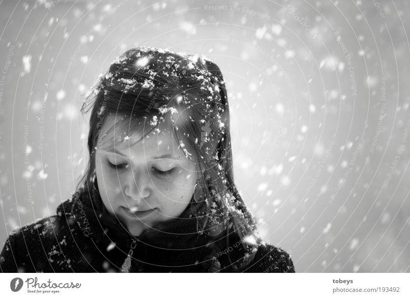 Flockenzauber elegant schön Winter Schnee Winterurlaub feminin Junge Frau Jugendliche 18-30 Jahre Erwachsene Denken frieren kalt hell Schneefall Schwarzweißfoto