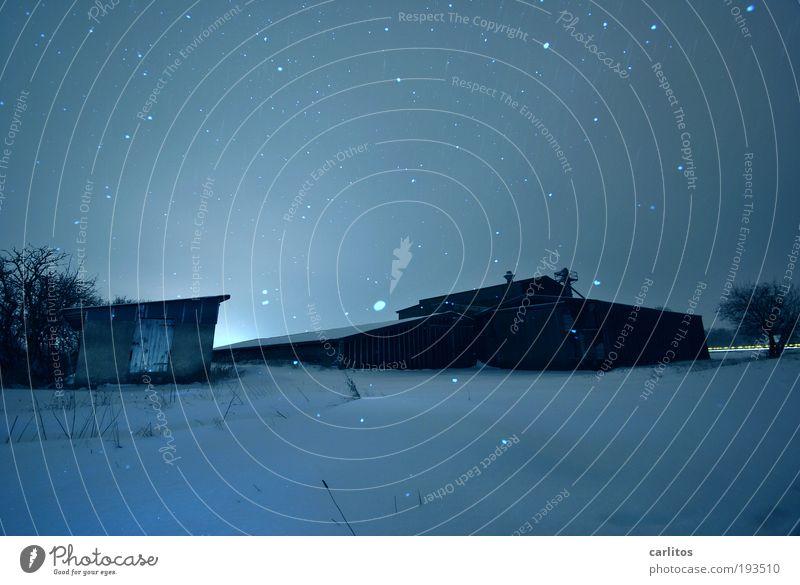 Blaue Stunde alt blau Winter Einsamkeit kalt Schnee Gebäude Schneefall Angst Eis Klima Frost Russland geheimnisvoll gruselig Dorf