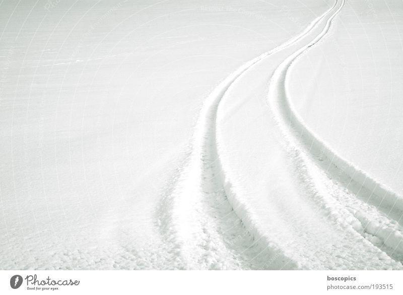 weiss Landschaft Winter Feld Autofahren Wege & Pfade weiß Umwelt Reifenspuren Schnee offroad Farbfoto Menschenleer Textfreiraum links Morgen Tag