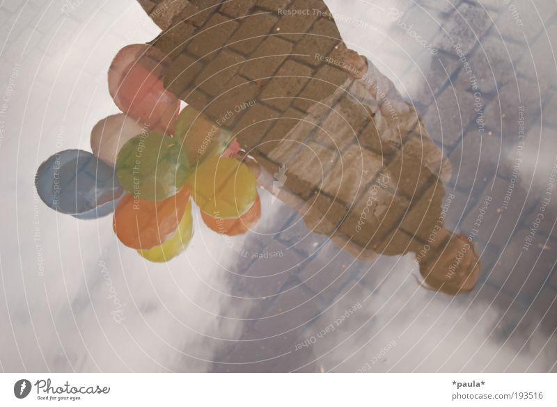 Zwischen Himmel und Erde weiß Wolken ruhig feminin Stein Denken träumen braun stehen Hoffnung Luftballon einzigartig Wunsch