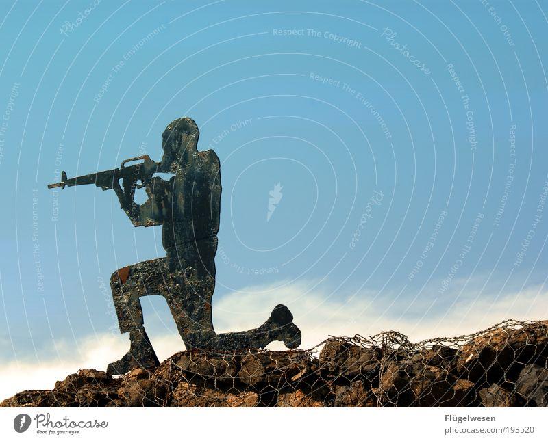Erstarrte Krieger Himmel Gewalt Gewehr Armee Defensive Feindschaft Farbfoto Außenaufnahme Tag Soldat schießen Zielscheibe Hintergrund neutral