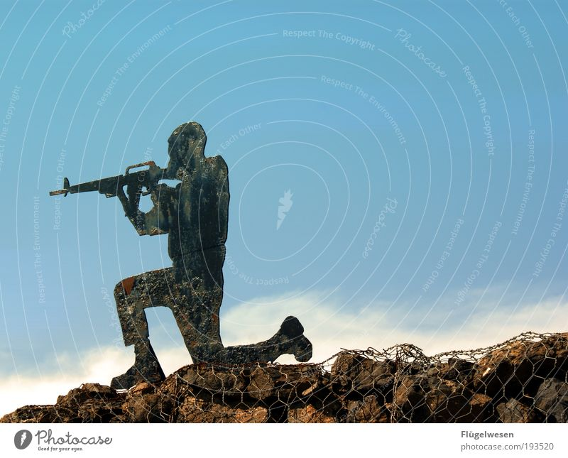 Erstarrte Krieger Himmel Waffe Gewalt Soldat Zielscheibe Natur Defensive schießen Armee Gewehr Feindschaft