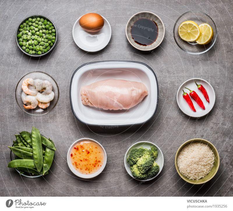 Zutaten für Bratreis mit Hähnchen Lebensmittel Fleisch Meeresfrüchte Gemüse Kräuter & Gewürze Öl Ernährung Mittagessen Abendessen Bioprodukte Diät Geschirr