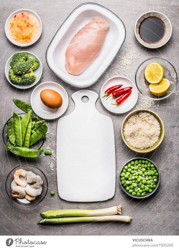 Hähnchen, Reis und grünes Gemüse Lebensmittel Fleisch Getreide Kräuter & Gewürze Öl Ernährung Mittagessen Festessen Bioprodukte Diät Asiatische Küche Geschirr
