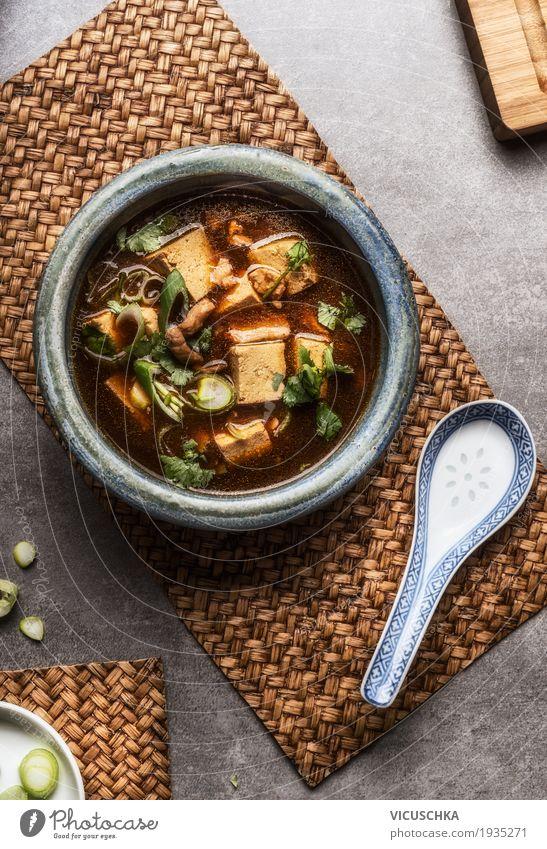 Chinesische Sichuan-Suppe mit Tofu und Fleisch Lebensmittel Eintopf Ernährung Mittagessen Abendessen Büffet Brunch Asiatische Küche Geschirr Teller Löffel Stil