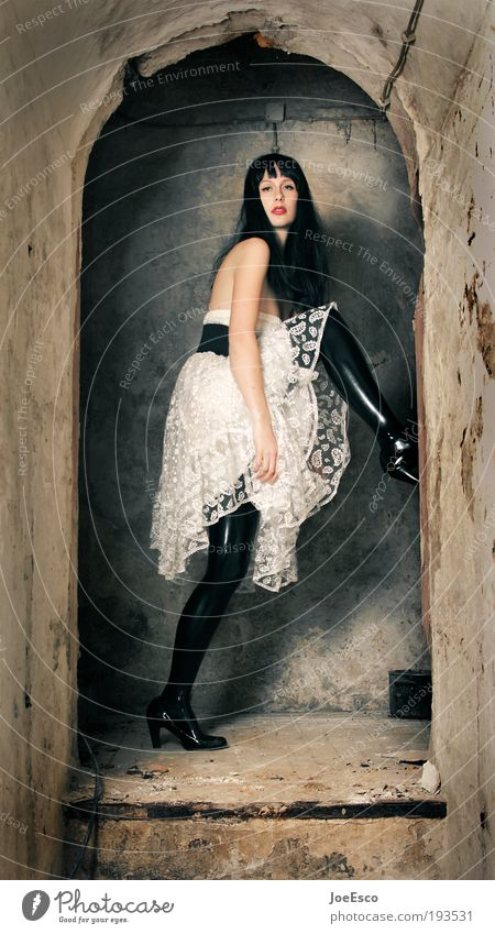 make way for no one! Frau schön Leben dunkel Erotik Wand Stil Mauer Erwachsene Feste & Feiern Mode Treppe stehen Coolness Kleid beobachten