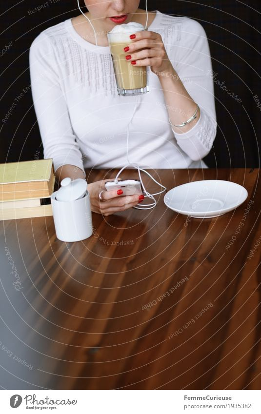 Korrespondenz. feminin Junge Frau Jugendliche Erwachsene 1 Mensch 18-30 Jahre Kommunizieren digital Mobilität erreichbar Telefon PDA Computernetzwerk Kaffee