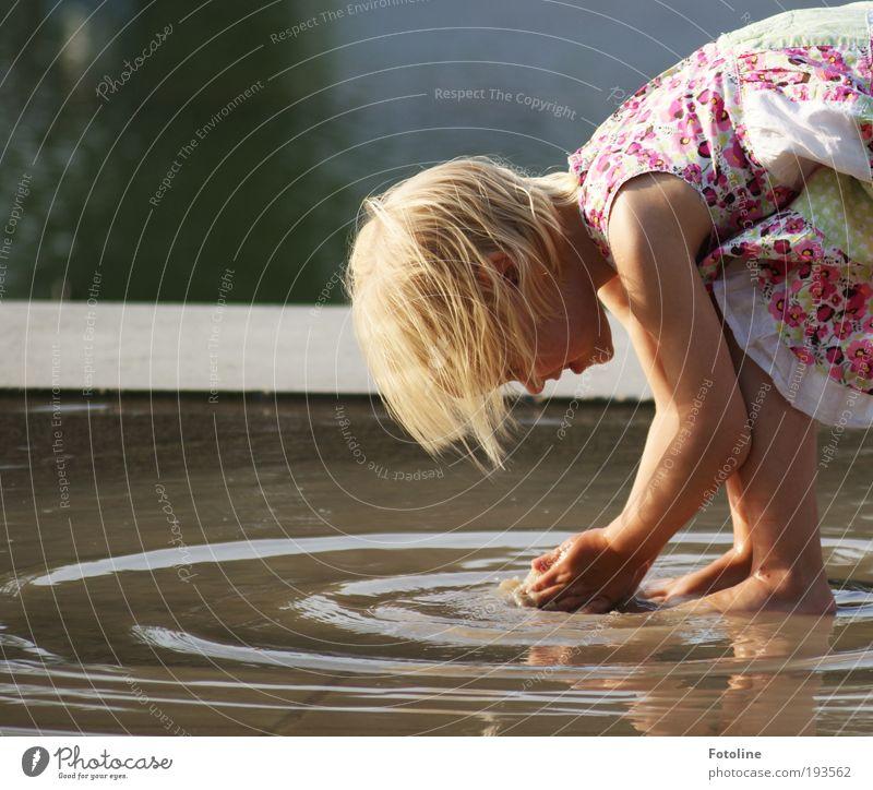 Wasserpanscher Natur Hand Wasser Mädchen Sommer Freude Gesicht Leben Kind Spielen Haare & Frisuren Kopf Fuß Mund Wärme Beine