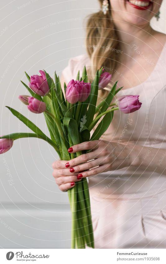Frühling_10 Mensch Frau Jugendliche Junge Frau Hand Blume 18-30 Jahre Erwachsene Liebe feminin Glück rosa blond Geburtstag Lächeln