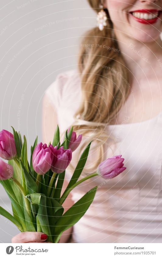 Frühling_13 feminin Junge Frau Jugendliche Erwachsene Mensch 18-30 Jahre Glück lockig Romantik Frühlingsgefühle Tulpe Blume Blumenstrauß blond Lächeln Ohrringe