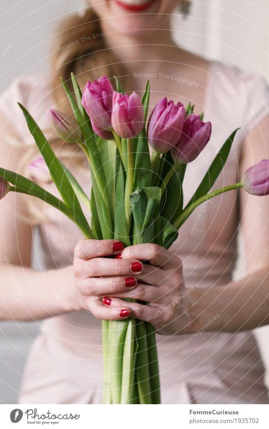 Frühling_05 feminin Junge Frau Jugendliche Erwachsene 1 Mensch 18-30 Jahre 30-45 Jahre Glück Valentinstag Verliebtheit Liebe Blume Blumenstrauß Tulpe festhalten