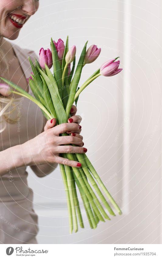 Frühling_11 feminin Junge Frau Jugendliche Erwachsene Mensch 18-30 Jahre Glück Valentinstag Geburtstag Hochzeit Blume Blumenstrauß Tulpe Stengel Kleid Hand
