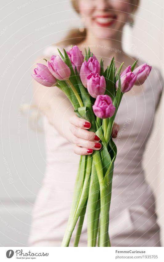 Frühling_03 Mensch Frau Jugendliche Junge Frau Hand Blume 18-30 Jahre Erwachsene feminin Glück rosa blond Geburtstag Arme Lächeln