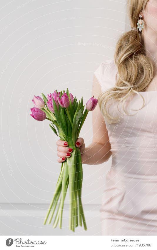Frühling_08 Mensch Frau Jugendliche Junge Frau Hand Blume 18-30 Jahre Erwachsene feminin blond Arme Hochzeit festhalten Kleid zart