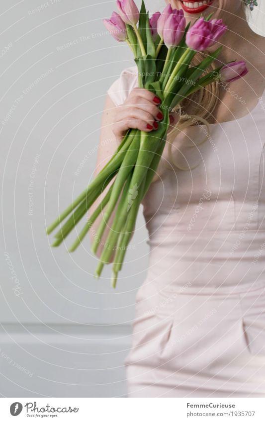 Frühling_04 feminin Junge Frau Jugendliche Erwachsene 1 Mensch 18-30 Jahre 30-45 Jahre Valentinstag Geburtstag Blume Blumenstrauß Kleid Etuikleid rosa
